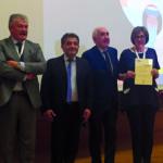 Il dr. Trabalza consegna il Premio Colgate alla prof.ssa Giuca, sul podio i prof. Giannoni e Piattelli.