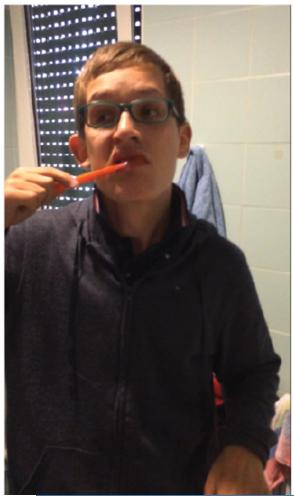 Uno dei ragazzi durante lo svolgimento dell'igiene orale domiciliare