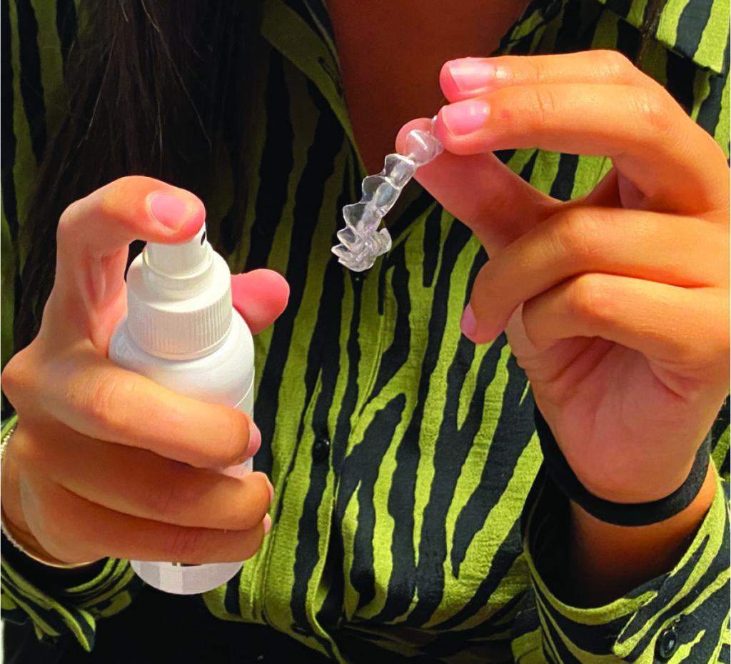 Fig. 11 Uso dello spray igienizzante all'olio di oliva ozonizzato.